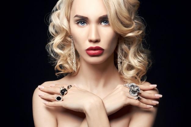 Mode blonde vrouw op een donkere achtergrond