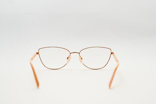 Mode bril stijl ingelijst geïsoleerd op een witte achtergrond