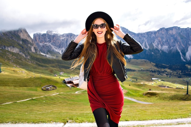 Mode buiten reizend portret van vrij vrolijke jonge toeristenvrouw