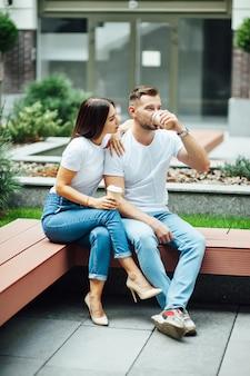 Mode buiten romantisch portret van mooie jonge verliefde paar en knuffels op straat.
