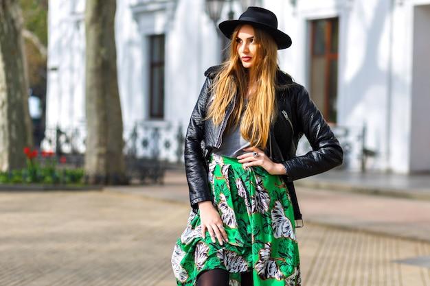 Mode buiten stadsportret van stijlvolle hipster vrouw lopen op straat en plezier hebben, jonge reiziger vrouw, fashionista, vrouwelijke schoonheid outfit, lange vintage rok, retro hoed en motorjack.