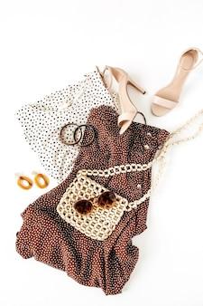 Mode collage met dameskleding en accessoires op wit. rok met stippenprint, blouse, hoge hakken, tas, zonnebril, oorbellen, armband