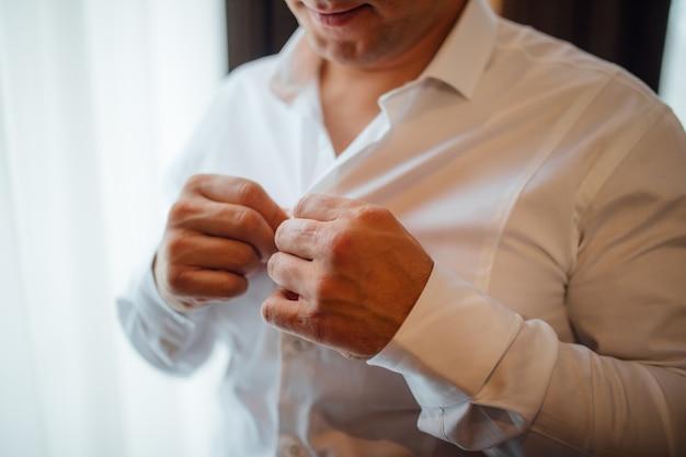 Mode en kleding concept - close-up van man verkleden