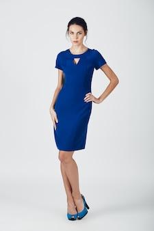 Mode foto van jonge prachtige vrouw in een blauwe jurk