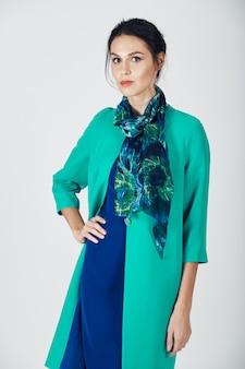 Mode foto van jonge prachtige vrouw in een turquoise jurk