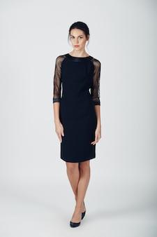 Mode foto van jonge prachtige vrouw in een zwarte jurk