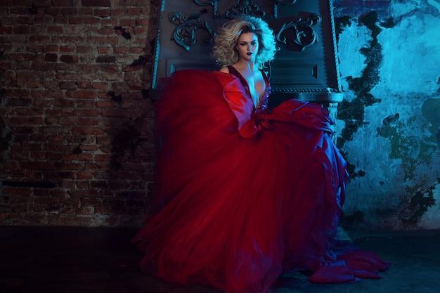 Mode foto van jonge prachtige vrouw in rode jurk. studio portret