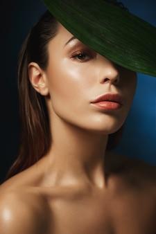 Mode fotografie stijl. naakte vrouw met trendy make-up.