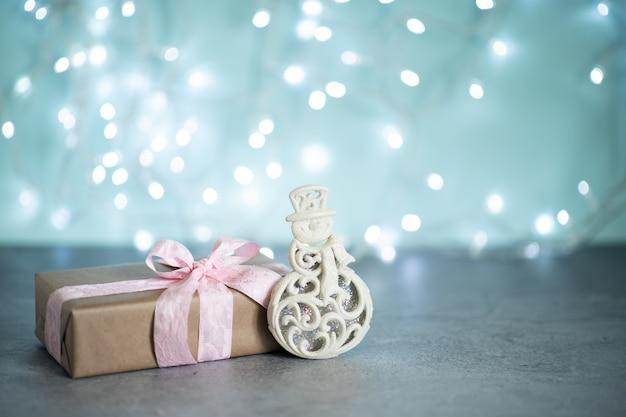 Mode geschenken of presenteert dozen met gouden strikken en ster confetti op roze pastel tafelblad weergave.