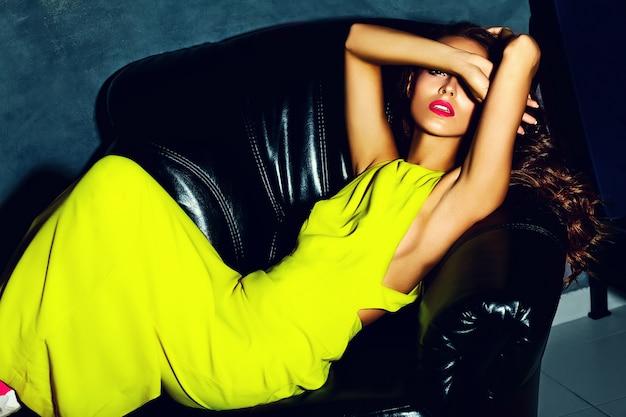 Mode glamour stijlvolle mooie jonge vrouw model met rode lippen in zomer fel gele jurk
