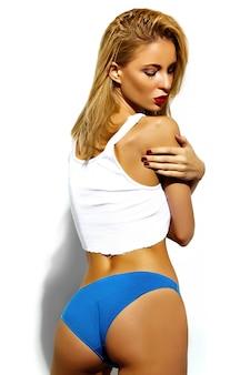 Mode glamour stijlvolle swag jonge vrouw model met perfecte gebaad lichaam in kleurrijke blauwe lingerie op wit wordt geïsoleerd
