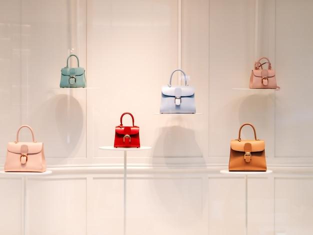Mode handtassen in een etalage