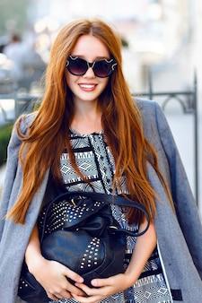 Mode herfst portret van stijlvolle gember vrouw poseren op straat
