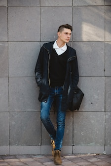 Mode hipster mannelijk model poseren buiten