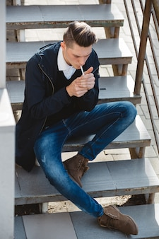 Mode hipster mannelijk model roken