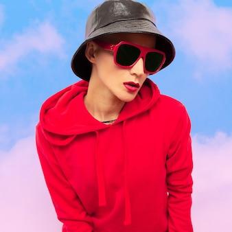 Mode hipster meisje in panama en zonnebril straat stedelijke stijl