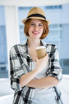 Mode hipster met een kopje koffie in een wegwerp beker