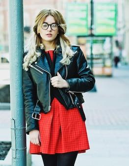 Mode hipster portret van jonge mooie blonde vrouw poseren buiten in de zomer