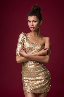 Mode jonge afrikaanse vrouw met make-up kortom sexy gouden jurk