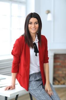 Mode jonge brunette vrouw poseren