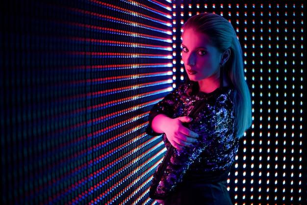Mode jonge elegante vrouw. gekleurde neonachtergrond, studioschot.