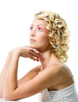 Mode jonge mooie vrouw met glamour make-up. profiel portret