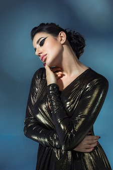 Mode jonge vrouw in zwarte stilish jurk.