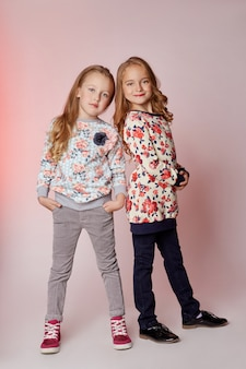 Mode kinderen twee jonge modellen meisjes kinderen