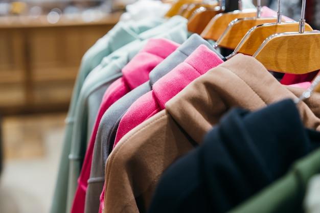 Mode kleding op hangers op de show