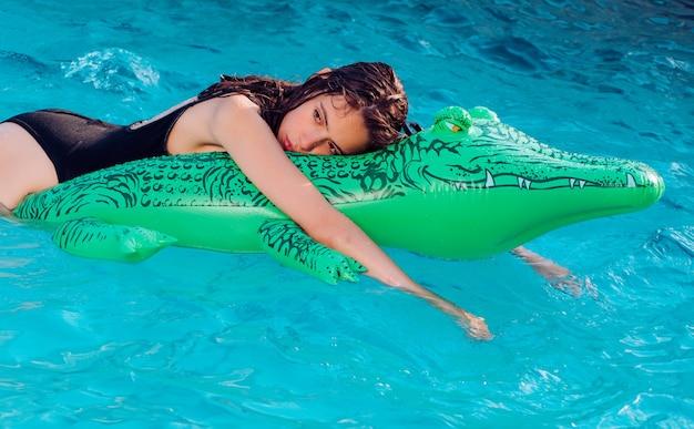 Mode krokodillenleer en meisje in water