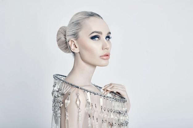 Mode kunst portret van blonde grote glanzende ketting