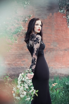 Mode kunst vrouw in de zomer bloeiende appelboom