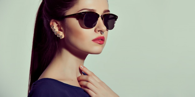 Mode lady stijlvolle swag accessoires. brillen en sieraden.