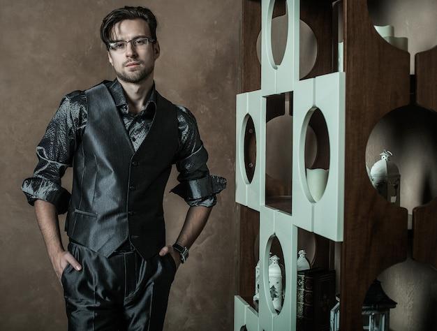 Mode man in luxe modern interieur
