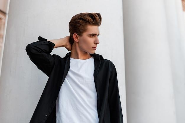 Mode man in stijlvolle kleding loopt op straat