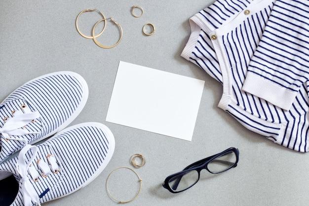 Mode marine outfit. vrouw moderne kleding platte set. ontspannen blik van trui, schoenen