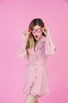 Mode meisje aankleden met een handgebaar
