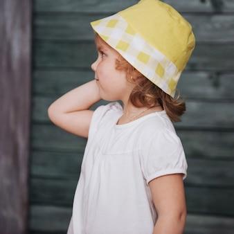 Mode meisje baby gekleed in de zomer in panama
