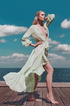 Mode meisje in gebreide zwembroek en pareo