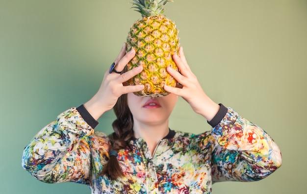 Mode meisje met ananas voor gezicht