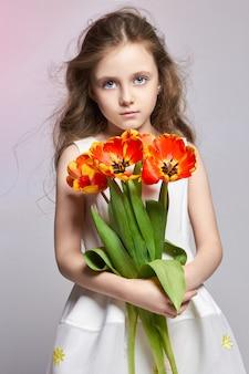 Mode meisje met tulpen in handen, terug naar school
