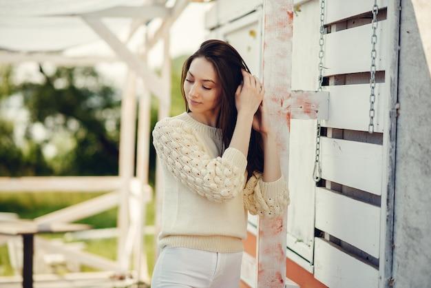 Mode meisje permanent in een zomer park