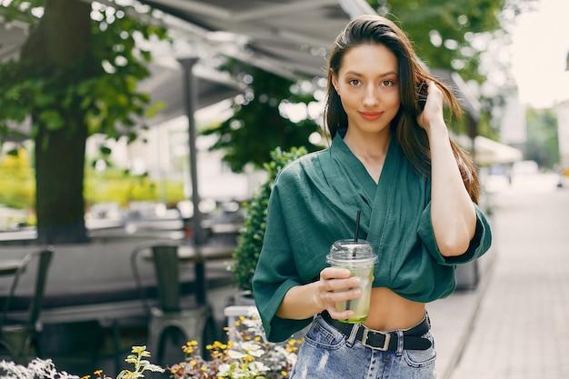 Mode meisje permanent in een zomer stad