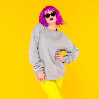 Mode meisje portret op gele achtergrond