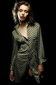 Mode meisje poseren op donkere achtergrond