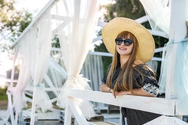 Mode meisje rust in de natuur in de zomer