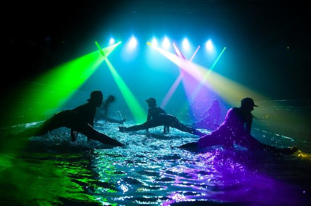 Mode meisjes dansen op het water
