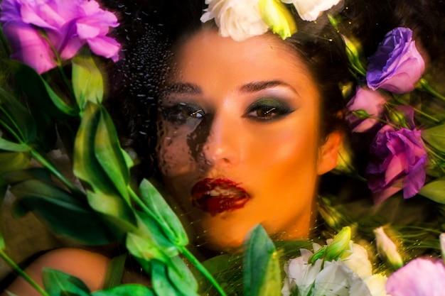Mode mooi meisje met lichte make-up onder eustomas.