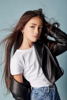 Mode mooi meisje poseren op blauwe achtergrond, schoolmodellen. portret van een meisje heldere emoties, mooi haar en kleding. tienermeisje, wind in haar haren. rusland, sverdlovsk, 25 augustus 2018