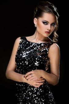 Mode. mooie vrouw in jurk